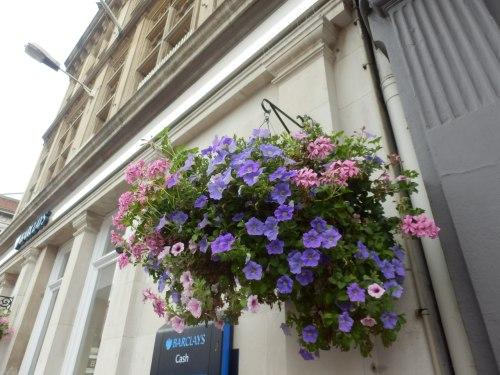 lẵng hoa trước một cửa hiệu gần Lâu đài Windsor lịch sử