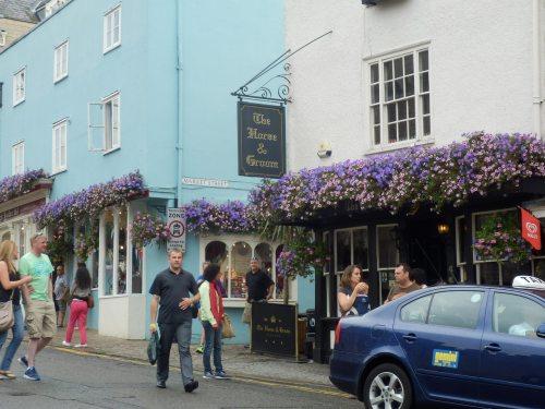 riềm hoa ở cửa hiệu đối diện Lâu đài Windsor